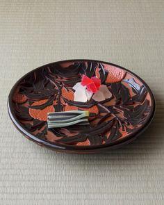 2013年1月17日(木), 寒中、紅白の花が氷をまとう美しさ。菓=花氷、松葉/とし田(両国), 器=彫漆橙文香盆 二十代堆朱楊成作 昭和時代, 一日一菓 木村宗慎