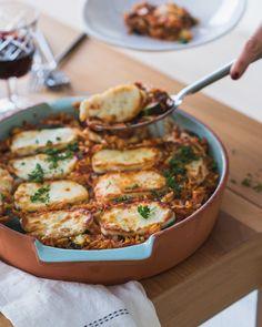 Orzo, veel groentjes, halloumi en een portie liefde zijn de belangrijkste ingrediënten van deze heerlijke Griekse ovenschotel. Quick Weeknight Dinners, Quick Meals, Easy Healthy Recipes, Veggie Recipes, Halloumi, Low Carb Brasil, Food Porn, Feel Good Food, Everyday Food