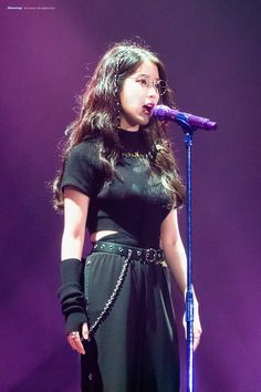 IU is very cool here. She is just a gorgeous girl, she is very talented💕💕💕💕👍👍👍❤️❤️❤️❤️❤️👏👏👏👏👏👏👏 Stage Outfits, Kpop Outfits, Iu Hair, Korean Girl, Asian Girl, Concert Looks, Iu Fashion, Babe, Korean Beauty