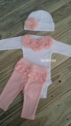 Vestir a la princesita en este hermoso traje rosa y blanco. Este listado está para un mono, los pantalones y su elección de un sombrero que empareja o diadema.  Body, pantalón y sombrero son 100% algodón.  Traje y sombrero están adornadas con flores de gasa rosa luz suaves con pedrería brillante.  Perfecto como un equipo de casa va del hospital, para una sesión de fotos, o un regalo de la ducha de bebé impresionante.  Disponible en manga corta o larga. Por favor hacer selección en checkout…