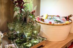 Flores em garrafas e comidas fáceis de petiscar