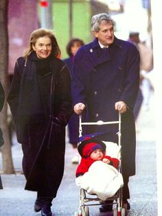 Nadire Atas on Lee Radziwill Jackie with her son in law and one of the grandchildren. Jackie Kennedy, Jaqueline Kennedy, Los Kennedy, Lee Radziwill, John Junior, Jfk Jr, John Fitzgerald, Marie, History