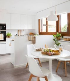 Cocina blanca pequeña con office_00474542 O. Todo al blanco Blue Furniture, Types Of Furniture, Polished Cement Floors, Modern Kitchen Tables, Modern Kitchens, First Apartment Decorating, Design Your Kitchen, Countertops, House Design
