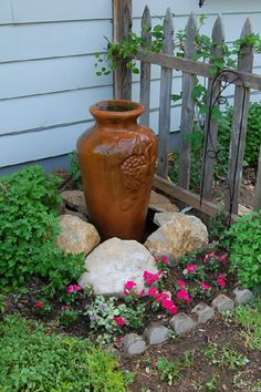 DIY garden fountain : DIY Fountain Source by tenerol Backyard Water Fountains, Diy Garden Fountains, Outdoor Fountains, Landscape Fountains, Small Fountains, Garden Ponds, Garden Oasis, Lush Garden, Garden Spaces