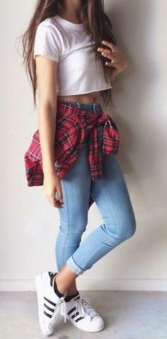 Amarra una camisa de cuadros a tu cintura y ponte unos Adidas. | 29 Formas de usar jeans sin lucir como una mujer aburrida