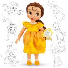 """Mit unserer """"Belle""""-Animator-Puppe kommt Sonnenschein in deine Sammlung! Die Disney-Künstler haben sich Belle als kleines Mädchen vorgestellt, sie trägt ein gelbes Satinkleid und hat ein """"Chip""""-Kuscheltier bei sich."""
