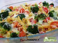 Kolorowa zapiekanka makaronowa z boczkiem
