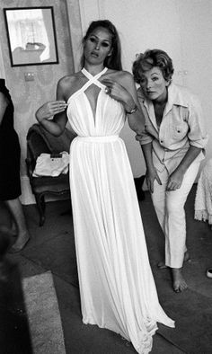 Ursula Andress sul set di James Bond 007 – Casino Royale con la costume designer Julie Harris. 1967.