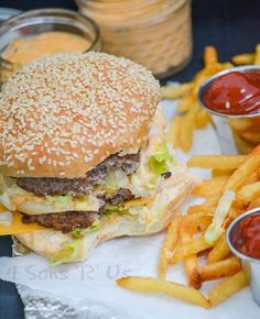 Get an authentic taste of your favorite fast food burger with this Copy Cat McDonald's Big Mac. It's got everything you crave about the classic double decker sandwich, including the 'secret sauce',… Burger Recipes, Copycat Recipes, Lunch Recipes, Beef Recipes, Great Recipes, Dinner Recipes, Cooking Recipes, Favorite Recipes, Dinner Ideas