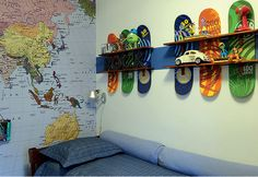 TEENS PLACE: skateboard shelves. Quarto ADOLESCENTE: estante com táboas de skate.
