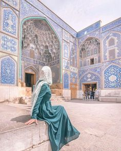 Hijab gives value to woman . a woman who disguises herself in August means that she respects herself😍🌹🌼 Persian Architecture, Beautiful Architecture, Beautiful Buildings, Beautiful Mosques, Important People In History, Aesthetic Photography Nature, Iran Pictures, Pahlavi Dynasty, Persian Girls