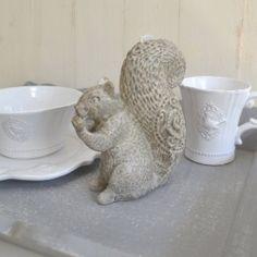 Ohne Duft, dafür umso hübscher, und mit ca. 16 cm Höhe auch sehr schön als Dekorations-Kerze geeignet. Naschendes Eichhörnchen aus der Serie Coeur des Montagnes, in detailgetreuer Verarbeitung (siehe Fellstruktur).