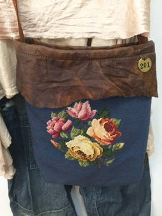 Carpet Bag, Tapestry Bag, Diy Purse, Handmade Purses, Linens And Lace, Denim Bag, Fabric Bags, My Boutique, Beautiful Bags