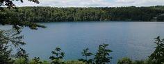 Das Pulvermaar bei Gillenfeld ist ein Geheimtipp für Naturfreunde. Kristallklares Wasser lädt zu einem erfrischenden Bad in der Hitze des Sommers ein. Tagesgäste, Campingurlauber und Feriendorfbesucher schätzen den Kratersee wegen seiner ruhigen Lage und landschaftlichen Schönheit. Es gibt viel zu entdecken in der Ferienregion Daun.