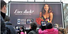 Le magasin anglais a quant à lui réalisé une opération marketing à Londres, utilisant un billboard et la réalité augmentée, qui via une appli iPhone, iPad et Androïd, permettait d'animer une belle mannequin !