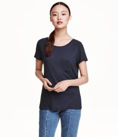 Dark blue. Short-sleeved top in jersey with chest pocket.