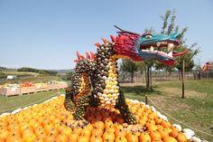 Ein chinesischer Drache aus Kürbissen. Dieses Jahr an der Kürbisausstellung auf dem Juckerhof in Seegräben. Pumpkin, Outdoor, Carving Pumpkins, Trench, Sculptures, Outdoors, Pumpkins, Outdoor Games, Squash