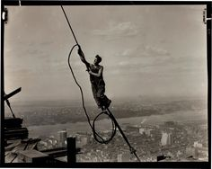 Lewis W. Hine,  Icaro sull Empire State Building, 1931