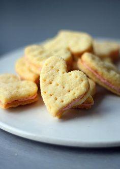 Murean vaniljaiset keksit on täytetty vaniljaisella voikreemillä, ja keksit voi leikata lähestyvän ystävänpäivän kunniaksi vaikka sydämen muotoisiksi. Sweet Recipes, New Recipes, Cookie Recipes, Dessert Recipes, Favorite Recipes, Desserts, Finnish Recipes, No Bake Cookies, Baking Cookies