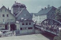 Hochwasser in Landshut, 1940er Rainera/Timeline Images #40er #40s #colorphotography #nostalgie #nostalgic #historisch #historical #vintage #retro #brücke #bridge #river #Fluss #Flut #Gewässer #water #Haus #house #houses #Hochwasser #flood #Häuser #catastrophy #Katastrophen #people #Menschen #Menschenmenge #Natur #nature #Wasser #Zerstörung #destruction #zerstört #destroyed #Überschwemmung #überschwemmt #bayern #bavaria Mansions, Retro, House Styles, People, Vintage, Bavaria, Nostalgia, Nature, Manor Houses