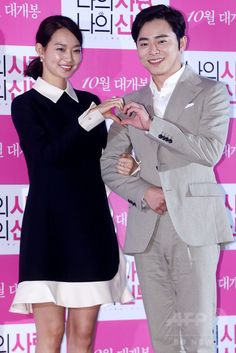 韓国・ソウル(Seoul)で行われた、映画『私の愛、私の花嫁(My Love, My Bride)』のメディア試写会に臨む、女優のシン・ミナ(Shin Min-a、左)と俳優のチョ・ジョンソク(Cho Jung-Seok、2014年9月24日撮影)。(c)STARNEWS ▼26Sep2014AFP|24年ぶりのリメーク映画『私の愛、私の花嫁』、 試写会開催 http://www.afpbb.com/articles/-/3027125