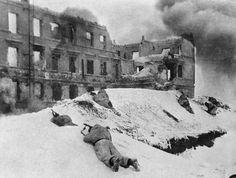 Советские солдаты в бою за дом в Сталинграде