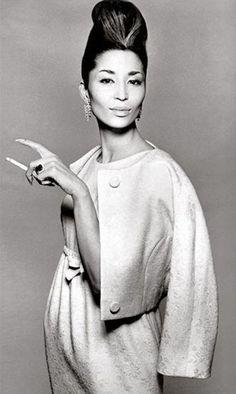 China Machado circa 1960. Uma das primeiras modelos não-ocidental a desfilar pelas passarelas da Dior e Lanvin. Enfeitou diversas vezes a capa da Harper Bazaar. É notável o uso do casaqueto aberto que se encaixa com a cintura marcada, penteado muito elaborado e brincos grandes. Tendência da época.