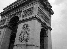 Detalhe do Arco do Triunfo em Paris.