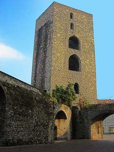 Como. La torre pentagonale di San Vitale. Porta il nome di una chiesa demolita durante la costruzione della vicina ferrovia (FNM). I due grandi passaggi nelle mura furono aperti per il tram. L'unica apertura antica, è quella all'estrema sinistra della foto.   #como