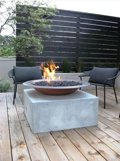Enjoy your relaxing moment in your backyard, with these remarkable garden screening ideas. Garden screening would make your backyard to be comfortable because you'll get more privacy. Privacy Screen Outdoor, Backyard Privacy, Backyard Patio, Backyard Landscaping, Backyard Ideas, Firepit Ideas, Wood Patio, Garden Decking Ideas, Balcony Privacy
