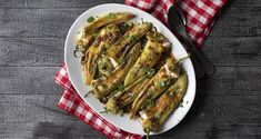 Γεμιστές πιπεριές με φέτα και κουκουνάρι από τον Άκη Πετρετζίκη. Φτιάξτε ένα νόστιμο και εύκολο ορεκτικό, πιπεριές γεμιστές με φέτα και τυρί κρέμα Mediterranean Appetizers, Quick Easy Meals, Asparagus, Feta, Green Beans, Stuffed Peppers, Chicken, Vegetables, Cooking