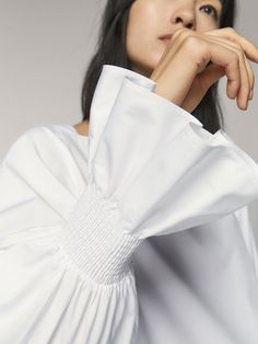 Elegant women's shirts & blouses this Spring/Summer 2020 at Massimo Dutti. Find modern plain or printed shirts and blouses in linen, poplin, cotton or leather. Abaya Mode, Mode Hijab, Abaya Fashion, Fashion Dresses, Iranian Women Fashion, White Shirts Women, Sleeves Designs For Dresses, Fashion Details, Fashion Design