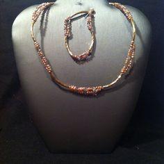 Collar y pulsera Flor… es de goldfield con pequeñas perlas rosadas.  Precio: $1300