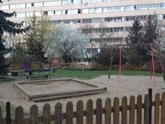 Delante de nuestra casa había un parque infantil. Allí jugaba muchos juegos diferentes con mis amigas.