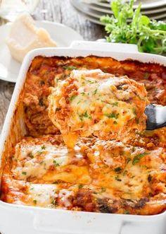 Υπέροχα λαζάνια με κοτόπουλο σε σάλτσα μπολονέζ γαρνιρισμένο με λιωμένα τυριά. Μια συνταγή για ένα πεντανόστιμο φαγητό, όπου ο κιμάς κοτόπουλου στη σάλτσα