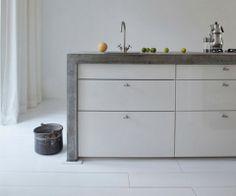 Küchenblock aus Beton und weißem Schubladen / Interior * Minimalism by LEUCHTEND GRAU http://www.leuchtend-grau.de/2013/11/helles-haus.html