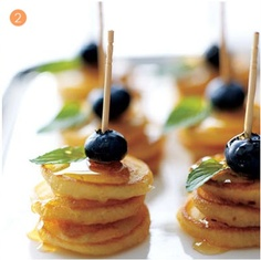 What a cool idea.just stack mini pancakes (Eggo makes minis), add a blueberry or strawberry and put on skewer and drizzle maple syrup over them. My son loves mini pancakes! Brunch Menu, Brunch Party, Easter Brunch, Brunch Recipes, Brunch Ideas, Brunch Wedding, Sunday Brunch, Brunch Buffet, Brunch Foods
