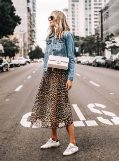 Leopard Skirt Outfit, Leopard Outfits, Jacket Outfit, Denim Jacket With Dress, Fall Fashion Trends, Autumn Fashion, Veja Sneaker, Fashion Jackson, Rock