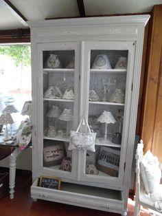 Très belle armoire patinée blanc/gris souris avec effets d'usure et bois apparent. Cette armoire peut également servir de bibliothèque ou de vaisselier puisque le plein des po - 15776577