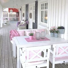God morgen☕️😊🌸 Her er et fint bilde fra 🌸 Takk fo. Shabby Chic, Porch Styles, Diy Patio Furniture, Patio Umbrella Colors, Modern Patio Doors, Backyard Patio Furniture, Patio Wall Art, Small Patio Decor, Small Apartment Patio