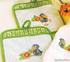 Забавная и веселая ворона будет отлично смотреться на прихватках. Эту же вышивку можно использовать на салфетках и кухонных полотенцах. Материалы: готовые прихватки со вставками из канвы Aida 56 (ил…