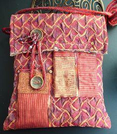 Aventures Textiles : pochette en tissu d'ameublement un peu stretch, deux boutons provenant d' un vieux manteau année 50,  petites poches et intérieur en lamé de coton.