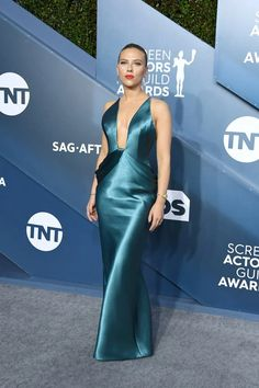 Scarlett Johansson & Colin Jost Couple Up at SAG Awards Photo Scarlett Johansson and Colin Jost are getting glam. The Avengers actress and the Saturday Night Live star hit the red carpet together at the 2020 Screen Actors… Angela Simmons, Sonakshi Sinha, Celebrity Red Carpet, Celebrity Look, Celeb Style, Celebrity Dresses, Celebrity Photos, Bollywood, Red Carpet Gowns