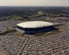 At least 69 diesel Volkswagens and Audi have stolen from the thrown Silverdome stadium in the American city Pontiac, the State of Michigan. Americans drag that. State Of Michigan, Detroit Michigan, Detroit Lions, Detroit Sports, Detroit Area, Pontiac Michigan, Detroit History, Nfl History, American History