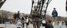 Alltägliches Bild derzeit in Paris: Ein Soldat mit Gewehr unter dem Eiffelturm
