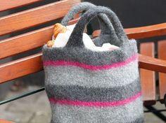 Mit dieser modernen Filztasche lassen sich Einkäufe ganz bequem nach Hause transportieren. Die Strick-und Filzanleitung dazu finden Sie