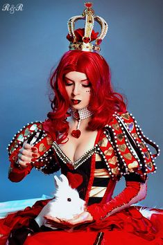 The Red Queen- Alice in Wonderland cosplay. Gorgeous costume design *^* And she looks stunning. Cosplay Alice In Wonderland, Alice Cosplay, Wonderland Costumes, Wonderland Party, Retro Halloween, Costume Halloween, Costume Queen, Queen Of Hearts Costume, Mode Lolita