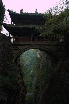 Esta ponte já foi usada em diversos filmes como o tigre e o dragrao