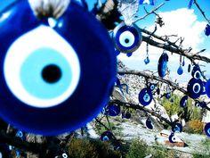 """El """"ojo turco"""" (en turco, nazar boncuğu) Un amuleto que los turcos utilizan para protegerse contra el mal de ojo."""