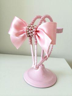 Tiara de luxo bordada.    Este mesmo modelo pode ser feito em faixinha de meia de seda fina ou grossa, Faixinha de renda ou na Tiara.  ***FAÇO EM QUAL QUER COR CONTATE A LOJA*** Felt Headband, Pearl Headband, Baby Headbands, Pink Hair Bows, Ribbon Hair Bows, Baby Girl Hair Accessories, Bridal Accessories, Hobby Lobby Crafts, Headband Tutorial
